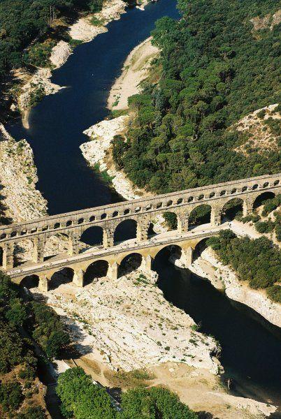 Le pont du Gard est un pont aqueduc construit vers 50 après J.C. par les romains, au-dessus du Gard, rivière communément appelée Gardon. Il est situé près de Remoulins, dans le département du Gard. - France : https://fr.wikipedia.org/wiki/Pont_du_Gard