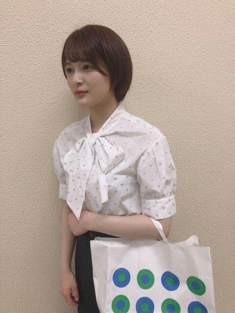 お買い物のポーズの織田奈那