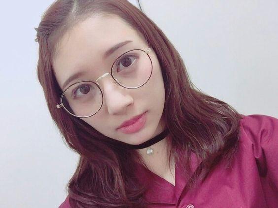 眼鏡姿の佐藤詩織