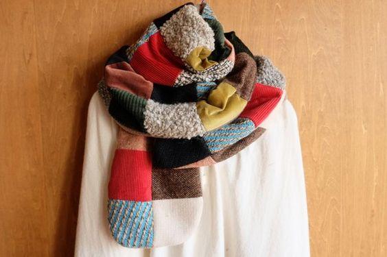 いろんな素材のと柄の生地を集め 正方形にパッチワークしたマフラーです。手編みニット入り アクセントの赤と水色が冬の暗めなコーディネートのアクセントになります。...|ハンドメイド、手作り、手仕事品の通販・販売・購入ならCreema。