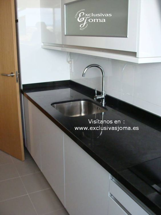 Realizaci n de muebles de cocina en blanco alto brillo con for Encimera negra brillo