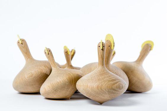 CRAZY CHICK, wilde Hühner die gerne mal so richtig durchdrehen, aber auch gepflegt das Regal zieren.  Maße: 16 x 11,5 x 11,5 cm. Material: Eiche natur, Kamm lackiert in gelb.