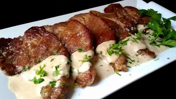 Chuletas de cerdo con salsa de cebolla. Un segundo plato deliciosos y una receta básica para preparar una carne con la que rellenar pastas y verduras.