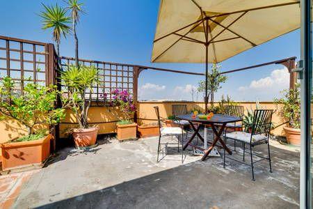 Regardez ce logement incroyable sur Airbnb : Sunny Flat with a Large Terrace close to Vatican - Appartements à louer à Rome