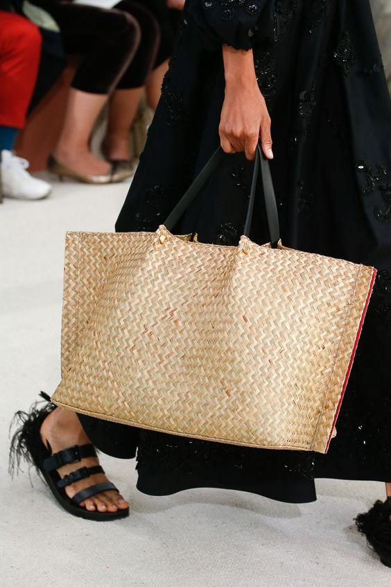 Borse di paglia - shopper con trama a intreccio e manici neri in contrasto