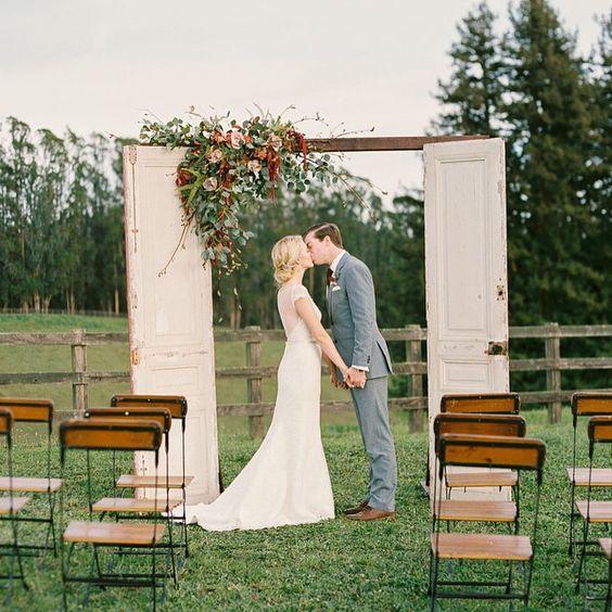 We have some pretty #ranchwedding inspiration over #onGWS today thanks to this team photos: @daniellepoffphoto // venue: @devineranch // event design + coordination: @katarinadevine // florals: @hauteblossomsfloral // HMU: @theglamourist // wedding dress: @amykuschel // paper goods: @brightroomstudio #weddingideas