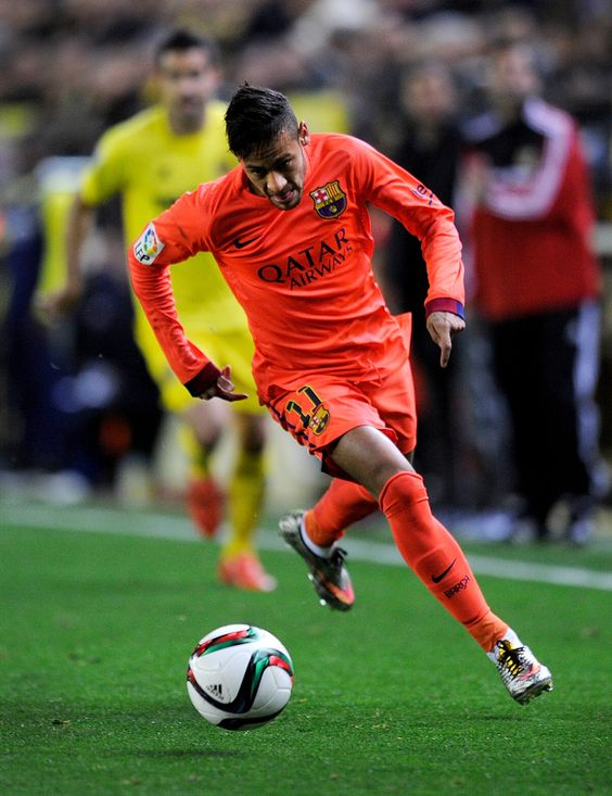 Neymar of FC Barcelona runs with the ball during the Copa del Rey Semi-Final, Second Leg match between Villarreal CF and Barcelona at El Madrigal stadium on March 4, 2015 in Villarreal, Spain.