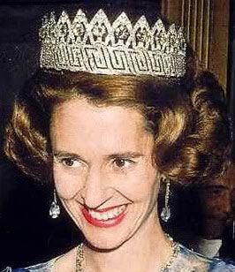La reina Fabiola de Bélgica luciendo la tiara de la Reina Ingrid.Es una versatil tiara de diamantes, que sería regalada por las gentes del Imperio Belga a la Princesa Astrid de Suecia, primera esposa del Rey Leopoldo III de Bélgica, con motivo de su boda en 1926.Se trata de un bandeau, del que salían once tallos que sujetaban unos gruesos diamantes, cada uno representaba las nueve provincias belgas, el Congo y la ciudad de Bruselas y que posteriormente fue reformado.