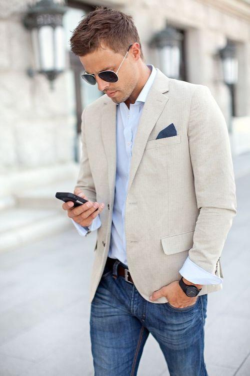 Acheter la tenue sur Lookastic: https://lookastic.fr/mode-homme/tenues/blazer--jean--ceinture-lunettes-de-soleil/3932 — Pochette de costume bleu marine — Chemise à manches longues bleu clair — Blazer en lin beige — Ceinture en cuir bordeaux — Jean bleu — Lunettes de soleil noir