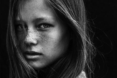 Gregory Blake En noir et blanc ou en couleur ce photographe fait de superbe portrait c'est toujours un régal pour les yeux !