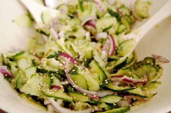 Pittige (Aziatische) komkommersalade met gember en sesam. Makkelijk, gezond, lowbudget en vegan.