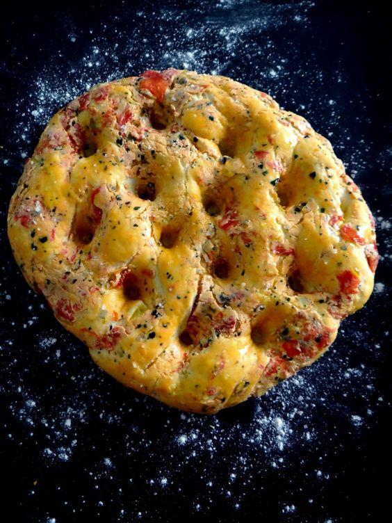 Recette de focaccia aux tomates rôties, basilic et fromage de chèvre