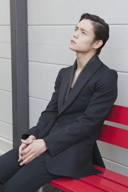 どこかを見つめる男らしい表情の窪田正孝