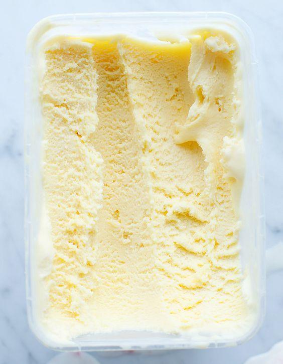 Recette Glace vanille Thermomix : Préparez la crème anglaise en mettant dans le bol les jaunes d'œufs, le sucre, le lait et les graines de vanille, faites ...
