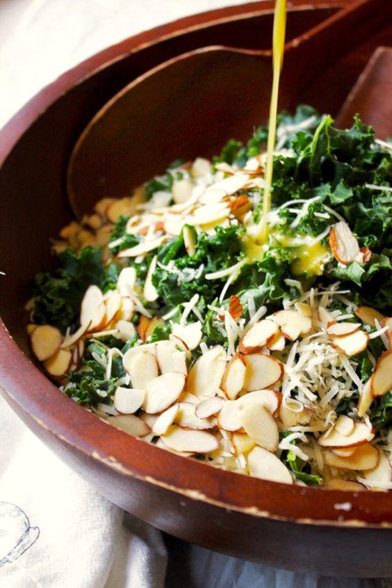 Simple Kale Salad with Lemon Vinaigrette. Modificación: infusionar el ajo en el limón, pero descartarlo antes de servir. Cortar el kale muy fino.