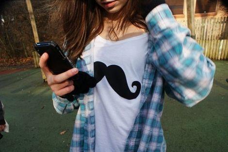 Ximena usa una playera con el símbolo de la tendencia que convino con una camisa estilo vaquera azul con cuadros