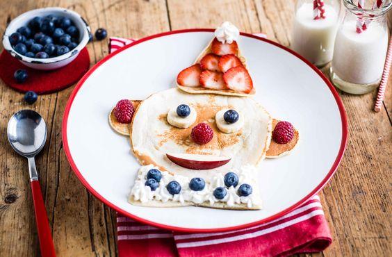 Clown con pancake, formaggio e frutta fresca