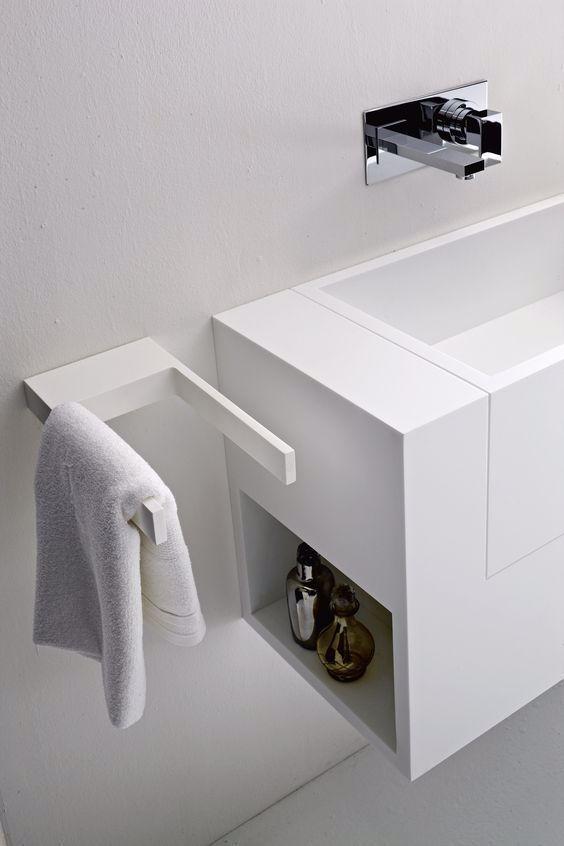 Accessori Bagno Senza Fare Buchi.Arredare Il Bagno Senza Fare Buchi E Possibile Utilizza Gli Accessori Adesivi Mensole Portasciugam In 2020 Bathroom Furniture Bathroom Inspiration Modern Towel Rack