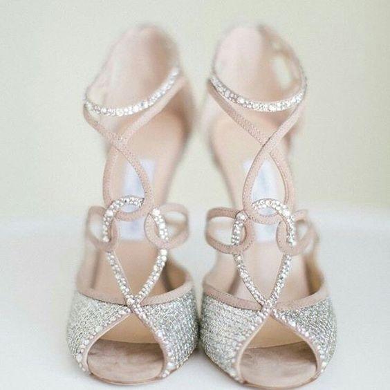 Já escolheu seu sapato de noiva? Lá no casar.com tem ideias lindas para ajudar você nessa decisão! #sapato #shoes #sandalia #casamento #casar #noiva #noivas #noivas2016