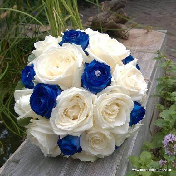 bruidsboeket blauwe ecoline rozen met witte rozen