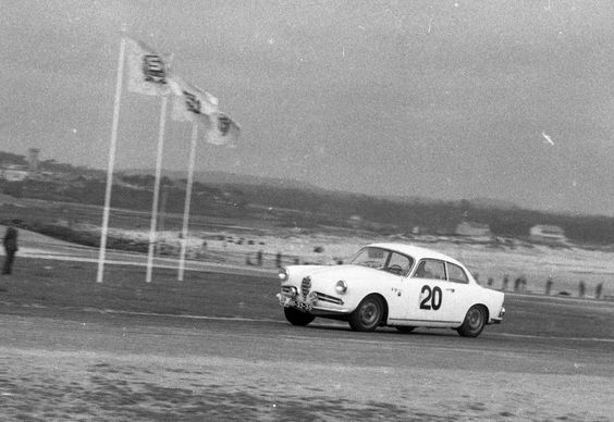 """""""Rallye da Montanha de 1960"""" - Abílio Correia Lobo em Alfa Romeo Giulietta Sprint Veloce, durante uma prova disputada no Circuito de Vila do Conde. Tratando-se de um Alfa Romeo Giulietta Sprint Veloce 750E da 1a série dos """"veloce""""  (1956-1958). Cuiroso, o pormenor dos faróis suplementares e do farolim traseiro esquerdo. Matrícula """"BD-32-35""""."""