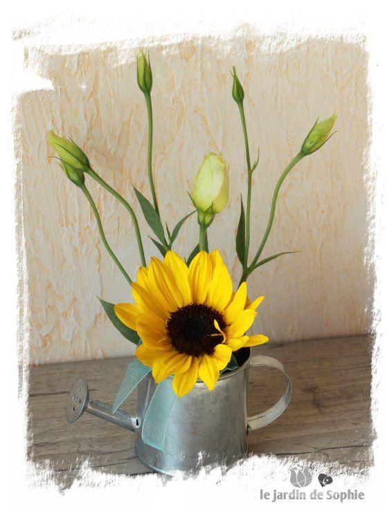 Un Petit Bouquet De Tournesol Et Lisianthus Dans Un Mignon
