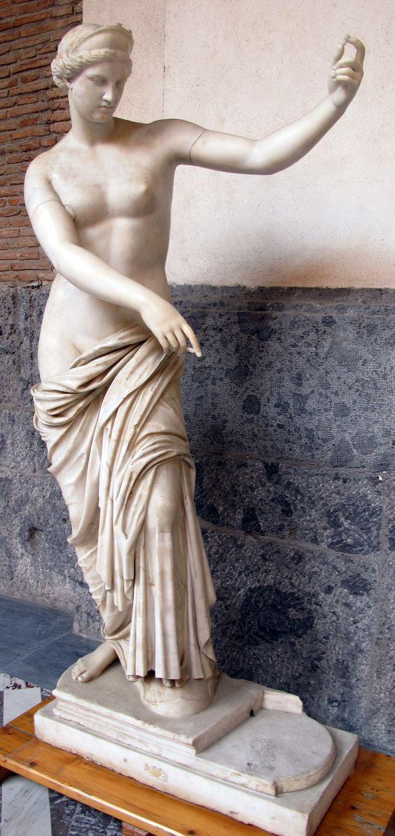 La Afrodita de Capua, copia romana de un original griego del periodo helenístico, Museo Arqueológico Nacional de Nápoles. El autor de la Venus de Milo pudo haberse inspirado en este modelo
