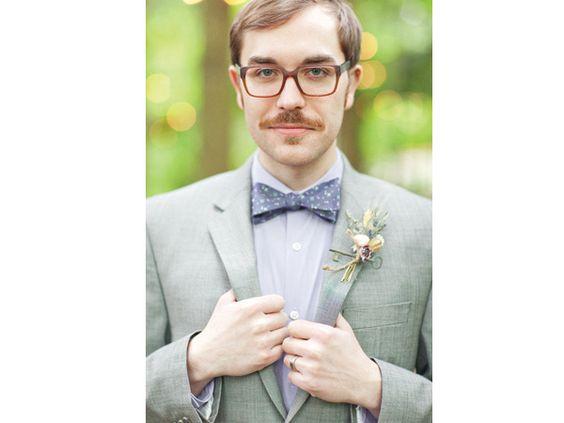 Look hipster para el novio en la boda con lentes de pasta