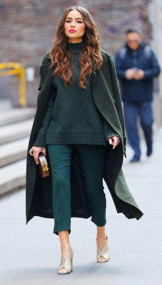 4 maneiras de usar look combinadinho. Look monocromático, maxi casaco, suéter e calça de alfaiataria verde escura, mule de salto nude