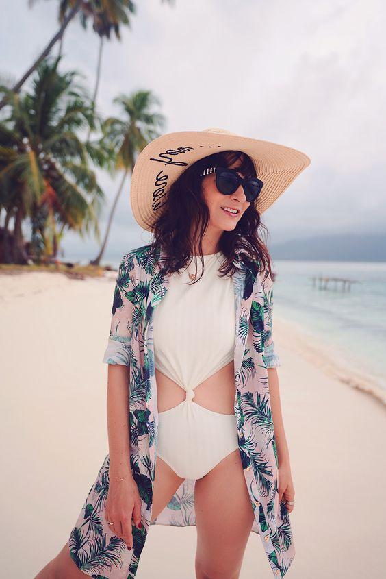 Aah, o verão: look praia para curtir a estação mais quente! Dani Noce veste look praia com maiô branco engana mamãe, chapéu de palha, óculos de sol gatinho, chemise tropical como saída