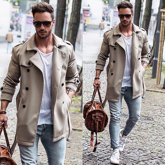 Den Look kaufen: https://lookastic.de/herrenmode/wie-kombinieren/trenchcoat-t-shirt-mit-rundhalsausschnitt-enge-jeans/18402   — Dunkelbraune Sonnenbrille  — Weißes T-Shirt mit Rundhalsausschnitt  — Hellbeige Trenchcoat  — Rotes Armband  — Braune Leder Reisetasche  — Hellblaue Enge Jeans  — Weiße Niedrige Sneakers