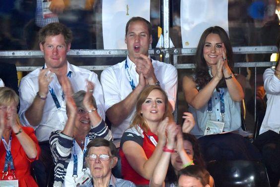 Pin for Later: Kate hüpft in High-Heels und vergnügt sich mit den Prinzen
