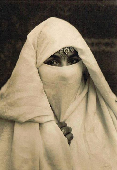 Une jeune femme en Haïk