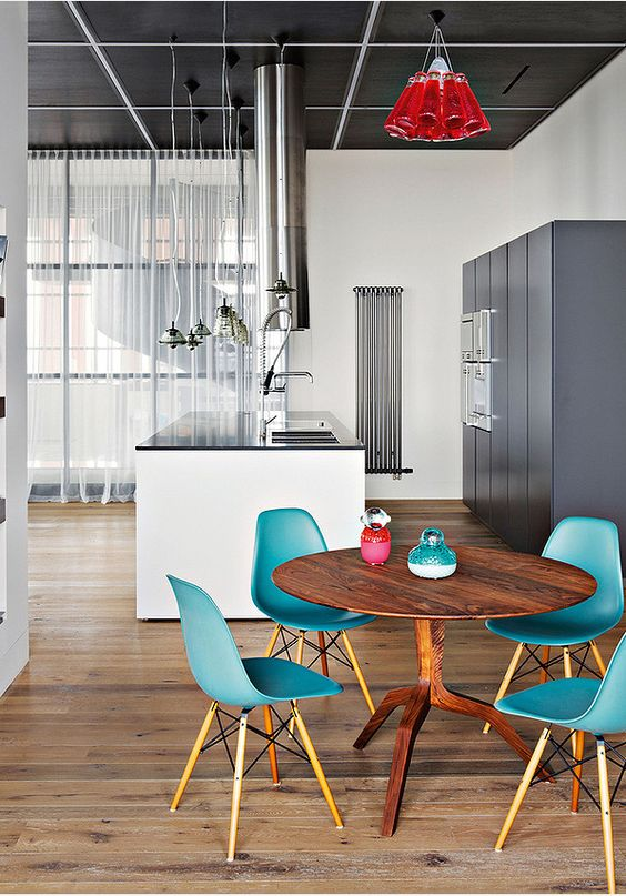 Cuisine design et épurée - et coin repas aux chaises Eames en bleu turquoise