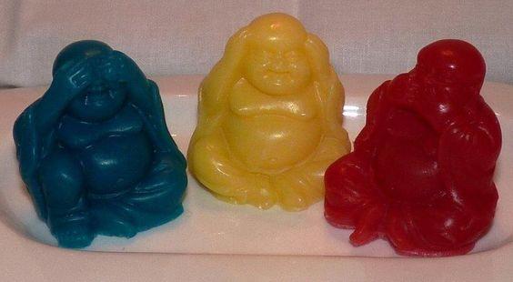 Los Buditas!! No veo! No  escucho! No hablo! Amarillo color de la luz y de la fortuna! Azul color que representa la confianza armonía, fidelidad, constancia! Rojo color que represanta la alegría, comunicación, emoción, acción!! elaborados con ricos aceites esenciales!!
