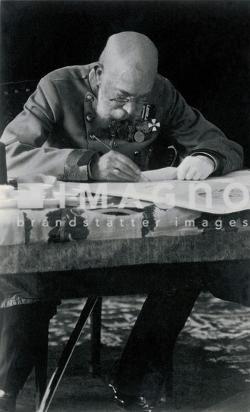 aiser Franz Joseph I. von Österreich (1830-1916) am Schreibtisch. Um 1915. Photographie.