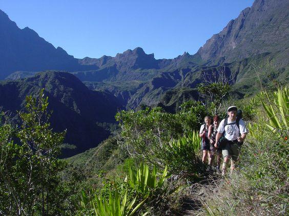 """La Reunion & Mauritius: eine Kombination der schönsten und besten Hotels auf La Réunion & Mauritius erwartet Sie. Beim 8-tägigen Aufenthalt auf La Réunion entdecken Sie die zahlreichen Sehenswürdigkeiten und Landschaften auf eigene Faust mit dem Mietwagen. Im Anschluß genießen Sie eine 5-tägige Badeverlängerung an den Traumstränden von Mauritius in einem der luxuriösen LUX Resorts  Le Morne (*****) oder Belle Mare"""" (*****)."""