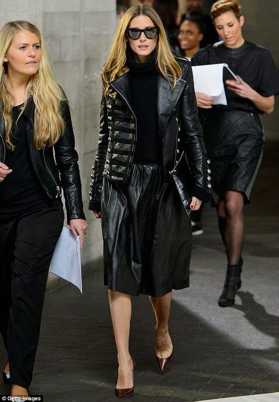 Olivia Palermo, jaqueta de couro, blusa de gola alta, saia midi rodada, scarpin