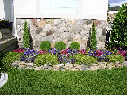 Decorating flower beds small yard landscape flower beds for Front yard flower bed ideas