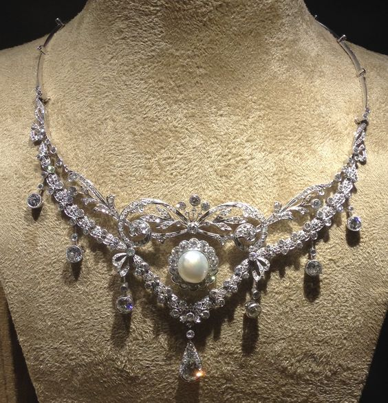 A diamond an pearl necklace by unknown maker. The necklace is currently displayed (and for sale) at the Biennale des Antiquaires in Paris (Photo Thomas Ghysdaël)