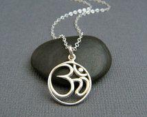 Collier en argent Om. Pendentif en argent sterling cercle. bijoux d'yoga zen. petit simple symbole d'Ohm. délicat. tous les jours. bijoux délicat. cadeau