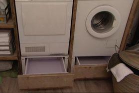 Mooie inrichting van de wasmachine kast. Met laden eronder. Misschien ruimte boven de wasmachine voor het opvouwen.