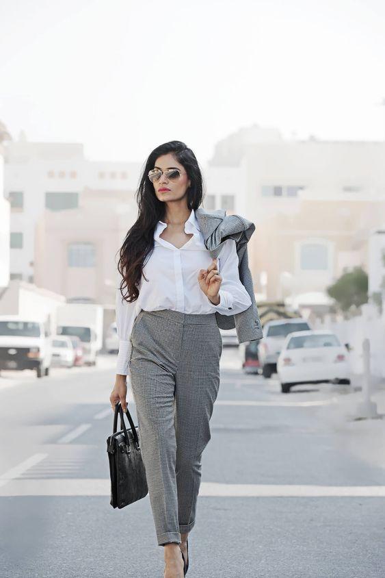 mujer con estilo elegante de empresa