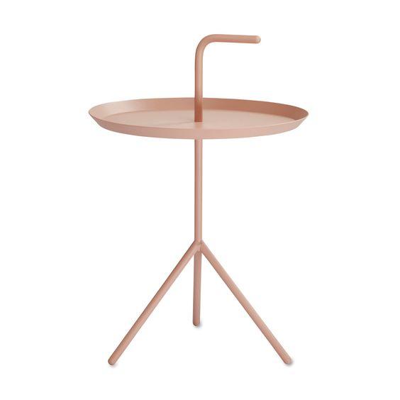 """DLM steht für """"Don't Leave Me"""". Der Name verrät die Idee des Tisches den Designer Thomas Bentzen für Hay entworfen hat."""