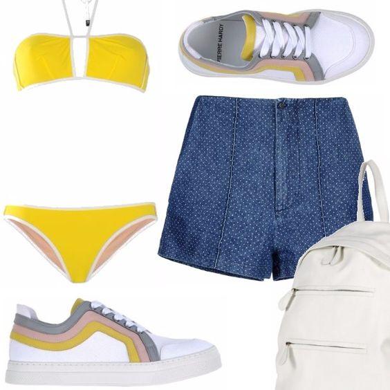 Bikini due pezzi bicolore con top a fascia con lacci al collo, shorts vita alta in denim, sneakers basse bianche con rifiniture dai colori pastello, zainetto bianco con cerniere
