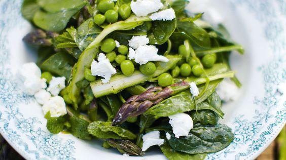Salade d'asperges crues à la menthe, pousses d'épinard et petits pois frais