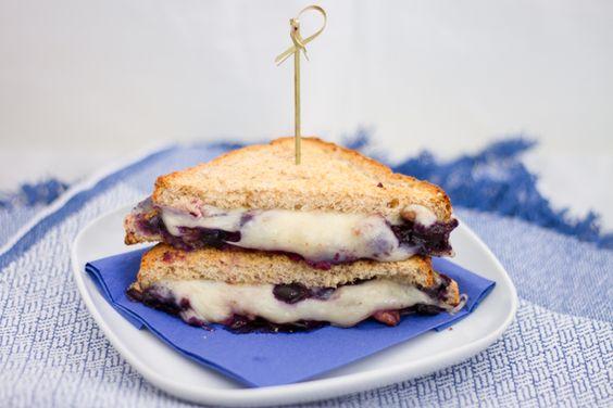 Grilled cheese gourmand aux bleuets et noix! 389 calories / 45 g glucides / 27 g protéines / 15 g lipides / 11 g fibres