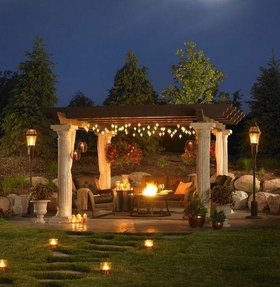 formidable coin repos dans le jardin, idée pour fabriquer une pergola bois, pergola, parée de petites lumières