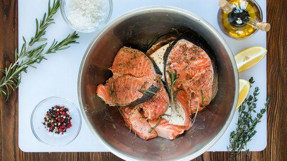 Fleisch und Fisch beizen-Einige Zubereitungsformen von Fleisch und Fisch sind nur möglich, wenn die Lebensmittel vorher gebeizt werden. Das gilt zum Beispiel für Sauerbraten, graved Lachs oder Bismarckhering. Besonders schmackhaft wird es beim Grillen, wenn Sie rechtzeitig vorher Fleisch und Fisch beizen. Das Beizen sorgt für eine intensive Würze, trägt aber beim Fleisch auch dazu bei, dass es zart und mürbe wird. Darüber hinaus werden frischer Fisch und Fleisch durch Beizen haltbar oder…
