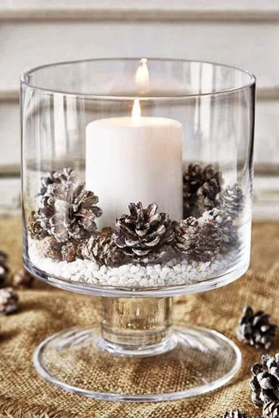 enfeites de natal com velas e pinhas para decoração